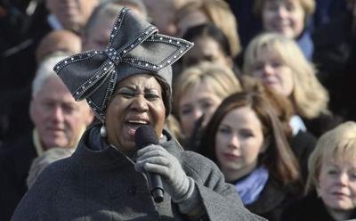 Aretha sings at the inauguration with a big ugly hat